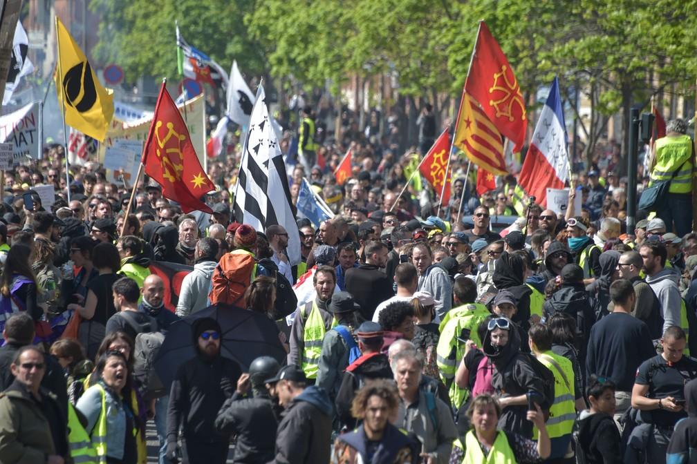 Coletes amarelos participam de protesto dos coletes amarelos em Toulouse, no sul da França, neste sábado (13)  — Foto: Pascal Pavani / AFP