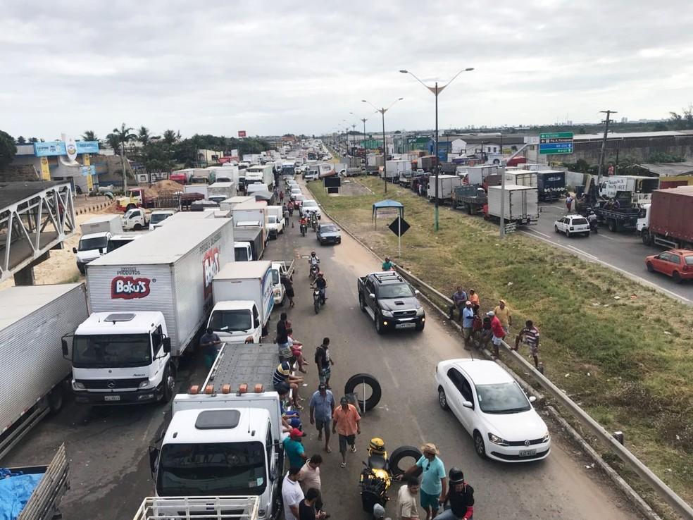 Na BR-101, caminhoneiros protestam desde o início da semana. Bloqueio acontece em frente ao Parque de Exposições Aristófanes Fernandes (Foto: Kleber Teixeira/Inter TV Cabugi)