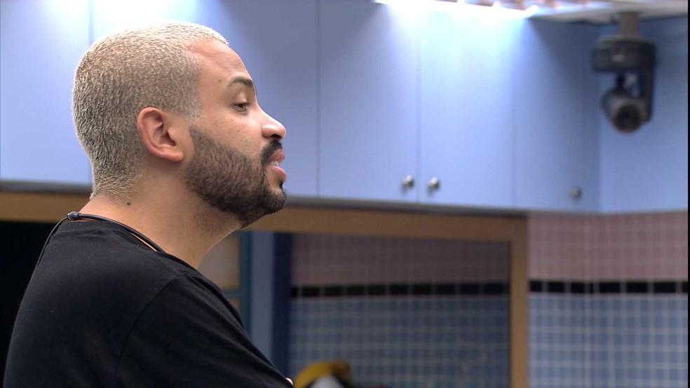 Projota fala sobre brother com Caio na cozinha da Xepa — Foto: Globo