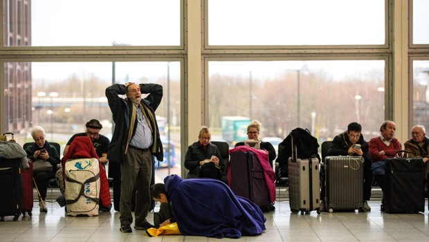 LONDON, ENGLAND - DECEMBER 21: Passengers wait in the South Terminal building at London Gatwick Airport after flights resumed today on December 21, 2018 in London, England. Authorities at Gatwick have reopened the runway after drones were spotted over the (Foto: Jack Taylor/Getty Images)