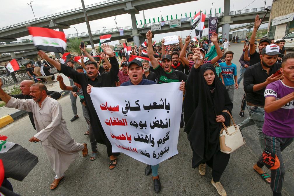 Protesto em Najaf, no Iraque, contra a situação econômica e o governo do país — Foto: Alaa al-Marjani/Reuters