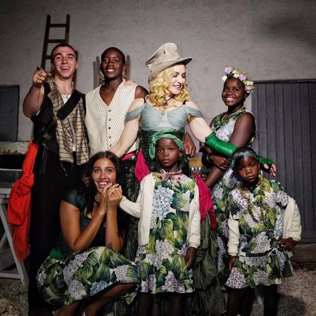 Madonna e os filhos: Lourdes Maria, Rocco, David Banda, Mercy James, Esther e Stella (Foto: Reprodução/Instagram)