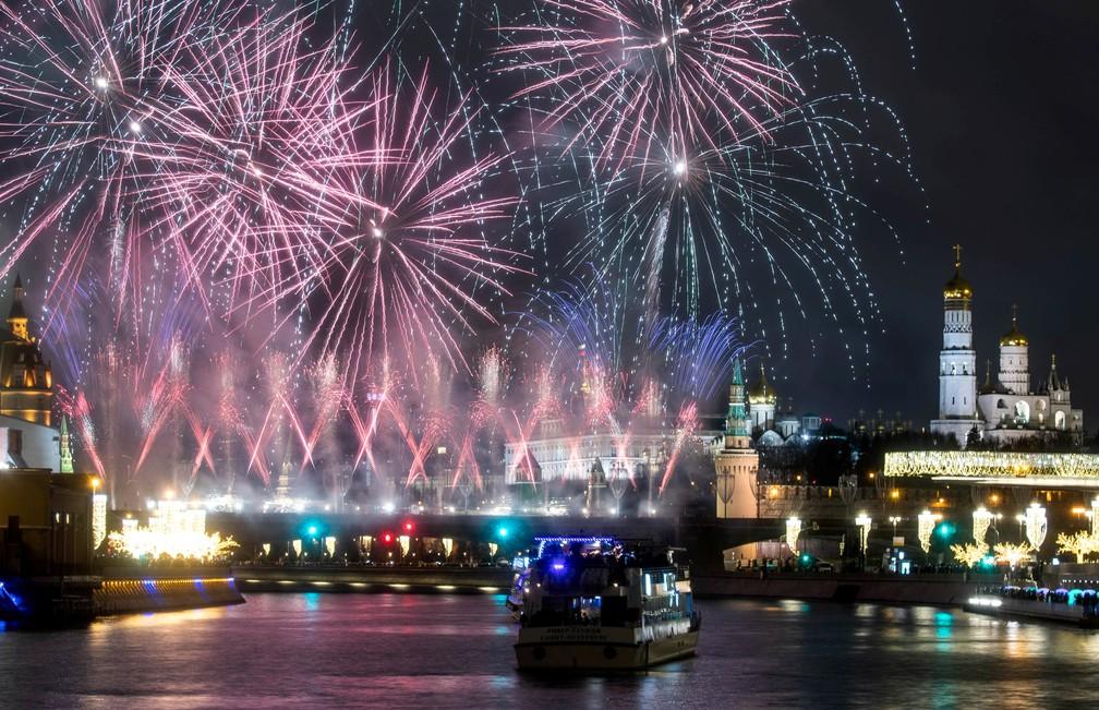 Fogos de artifício explodem em meio às comemorações de Ano Novo em Moscou, na Rússia, na quarta-feira (1º). — Foto: Maxim Shemetov/Reuters