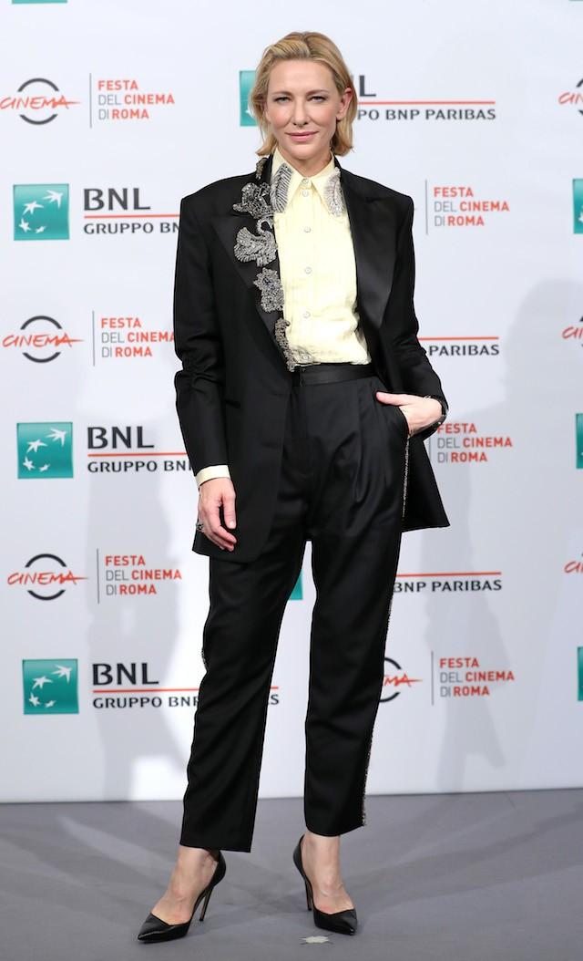Cate Blanchett, adepta de longa data dos ternos, de Acne Studios coberto de broches na lapela, mesclando referências femininas e masculinas. (Foto: Getty Images)
