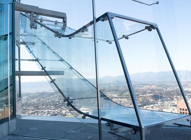 ESCORREGADOR | A atividade oferece uma vista do centro de Los Angeles e é direcionada para todas as idades (Foto: OUE Skyspace LA/ Reprodução)