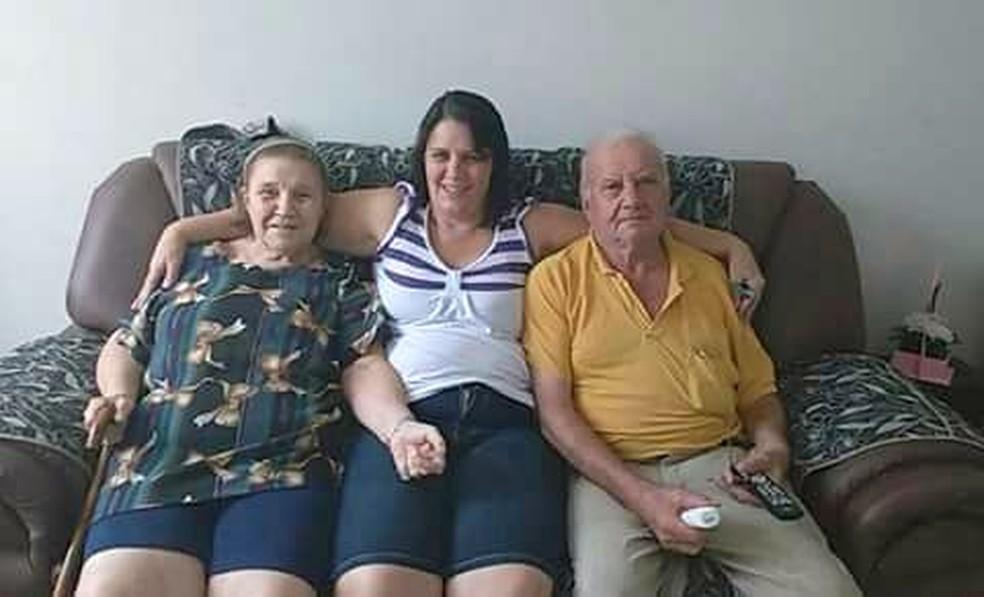 Regina (ao centro) com os pais em São Carlos (Foto: Arquivo pessoal)