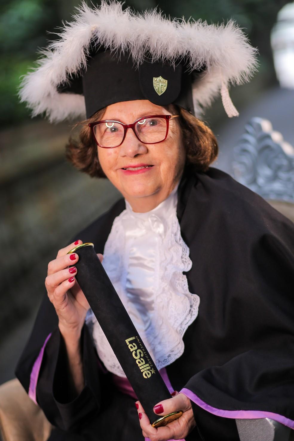 Maria iniciou sua primeira faculdade prestes a completar 80 anos, e agora planeja escrever biografias e voltar a estudar mais uma vez — Foto: Portho Sul