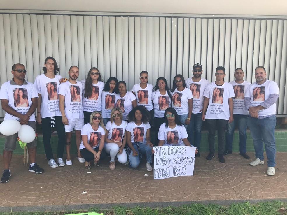 Familiares e amigos de Natália estavam vestidos com camisetas estampando o rosto da universitária  — Foto: Daumildo Júnior/G1