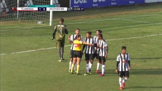 Flamengo retoma a ponta passeando