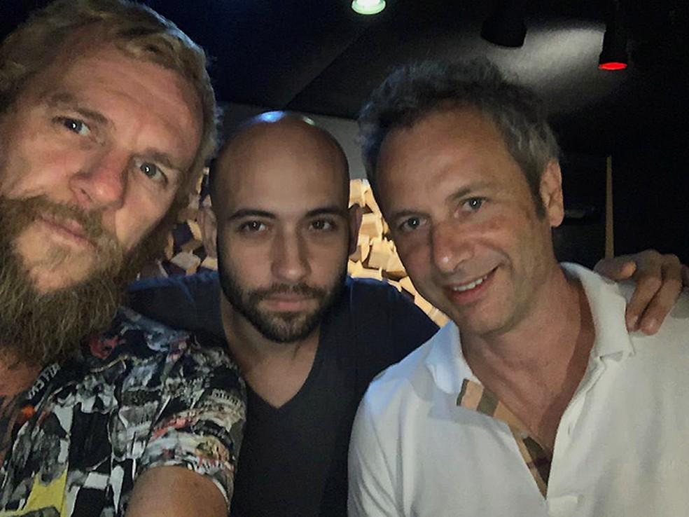 Otto com os produtores do álbum 'Canicule', Donatinho (ao centro) e Apollo 9 (à direita) — Foto: Reprodução / Facebook Otto