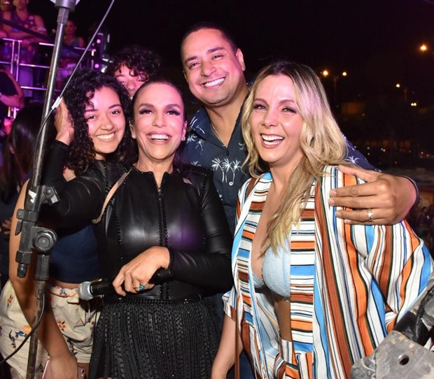Ivete Sangalo e com Carla Perez, Xanddy e Camilly Victória (Foto: Felipe Souto Maior/Brazil News)