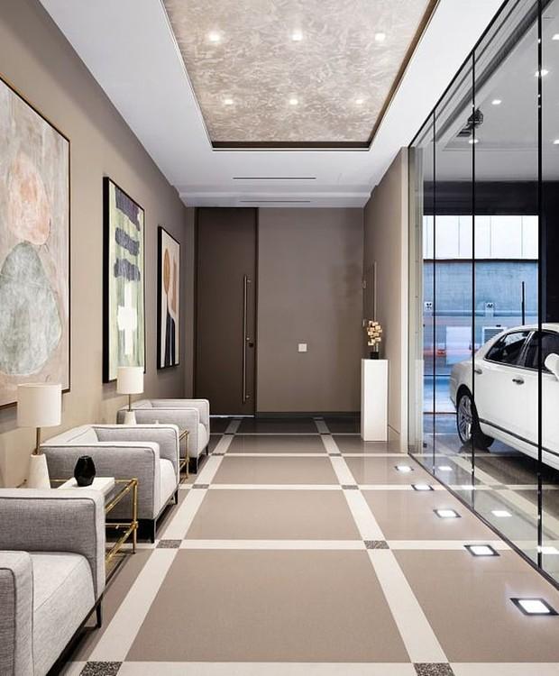 A entrada abre espaço para uma garagem e para um pequeno hall (Foto: Realtor/ Reprodução)