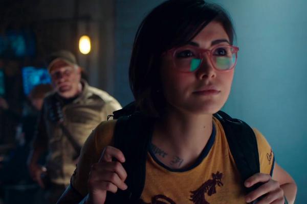 A atriz Daniella Penida em cena do novo Jurassic World (Foto: Reprodução)