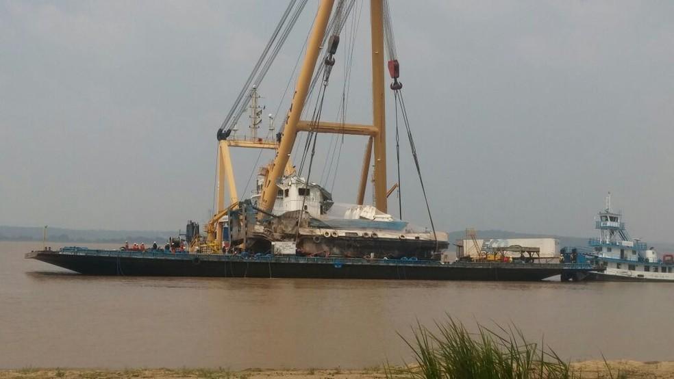 -  Empurrador CXX foi colocado em cima de uma balsa para os trabalhos de perícia  Foto: Débora Rodrigues/TV Tapajós