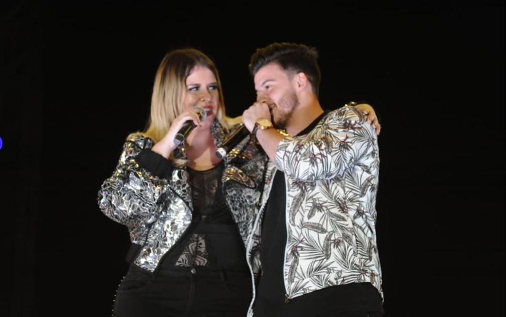 Abraçados, Marília Mendonça e Gabriel Smaniotto cantam na Festa do Peão de Americana — Foto: Júlio César Costa/G1