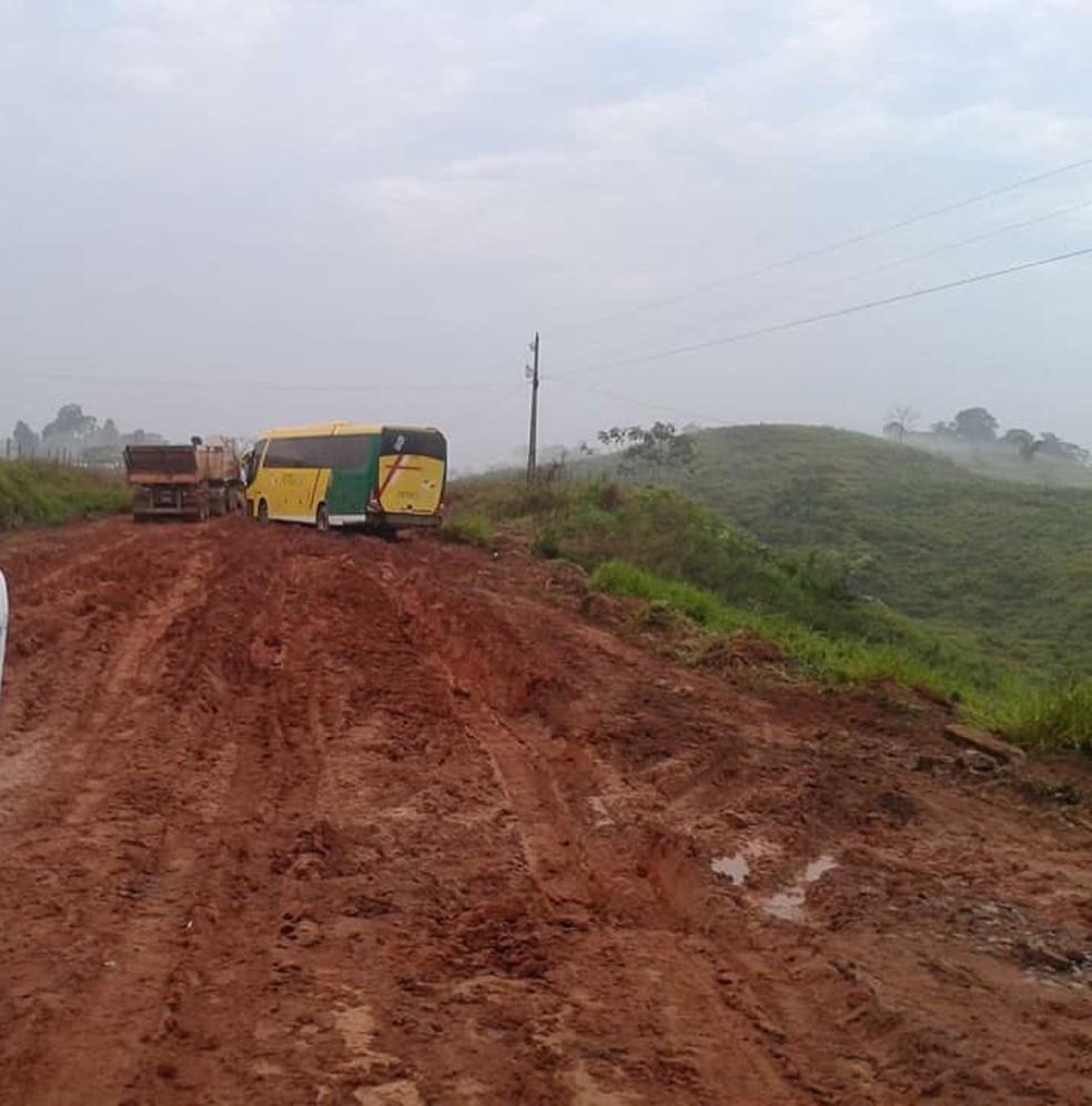 Ônibus também ficou atolado  (Foto: Mociclei Aguiar/G1)