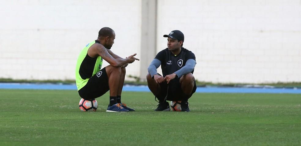 c35c482b27 ... Roger e Jair Ventura conversam durante o treinamento do Botafogo —  Foto  Satiro Sodré