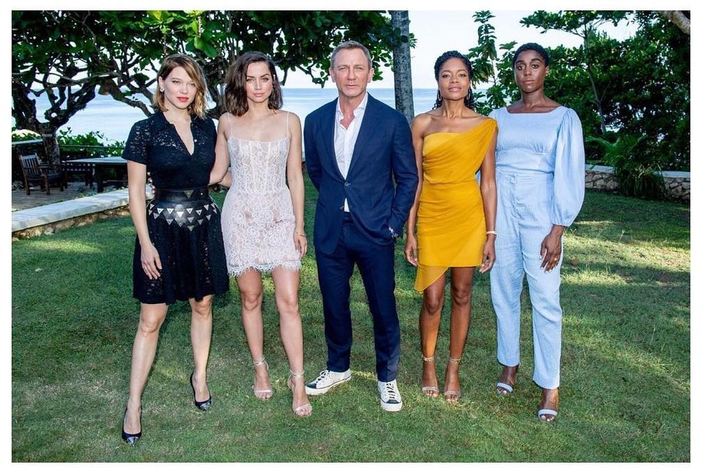 Elenco do novo filme de James Bond reunido na Jamaica em foto de 2019 — Foto: Reprodução/Instagram