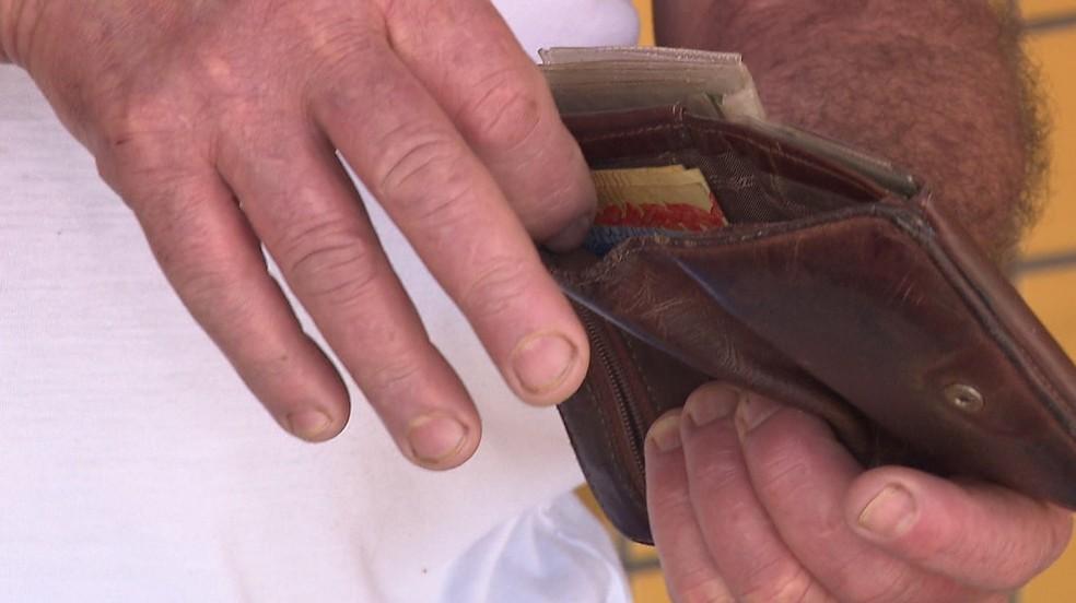 Carteira encontrada por cachorro de rua tinha quase R$ 4 mil — Foto: RPC/Reprodução