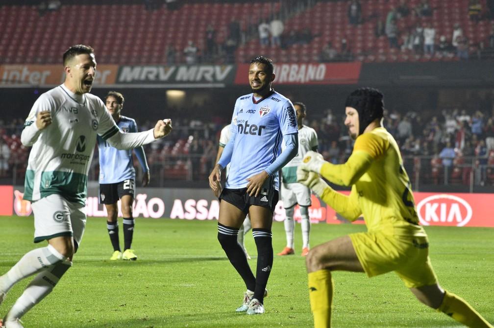 Reinaldo lamenta pênalti perdido contra o Goiás — Foto: Marcos Ribolli