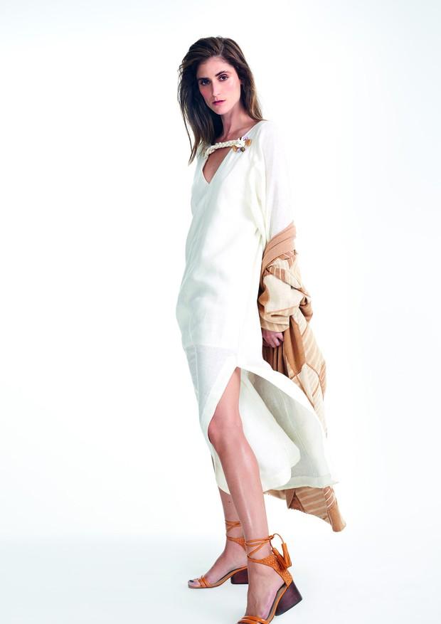 Vestido BEA Atelier (R$ 1.860), casaco Natural Cotton Color (R$ 3.000) e sandálias Bléque (R$ 1.081) (Foto: Mariana Marão)