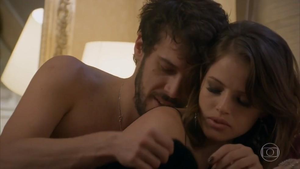 Giovanni (Jayme Matarazzo) e Camila (Agatha Moreira) passam a noite juntos - 'Haja Coração' — Foto: Globo
