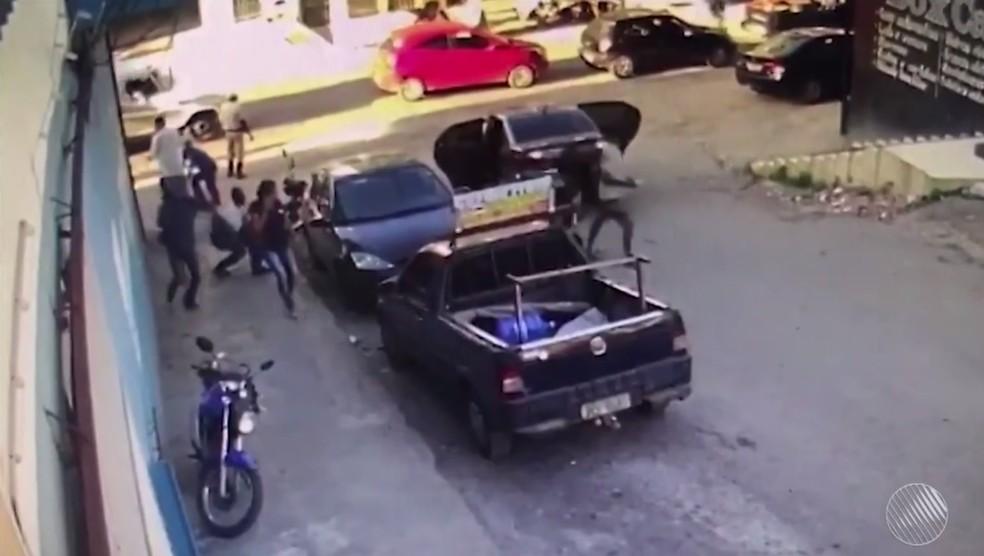 Assaltantes armados roubam malote com R$ 100 mil de funcionário de loja em rua de Itabuna, na BA (Foto: Reprodução/TV Santa Cruz)