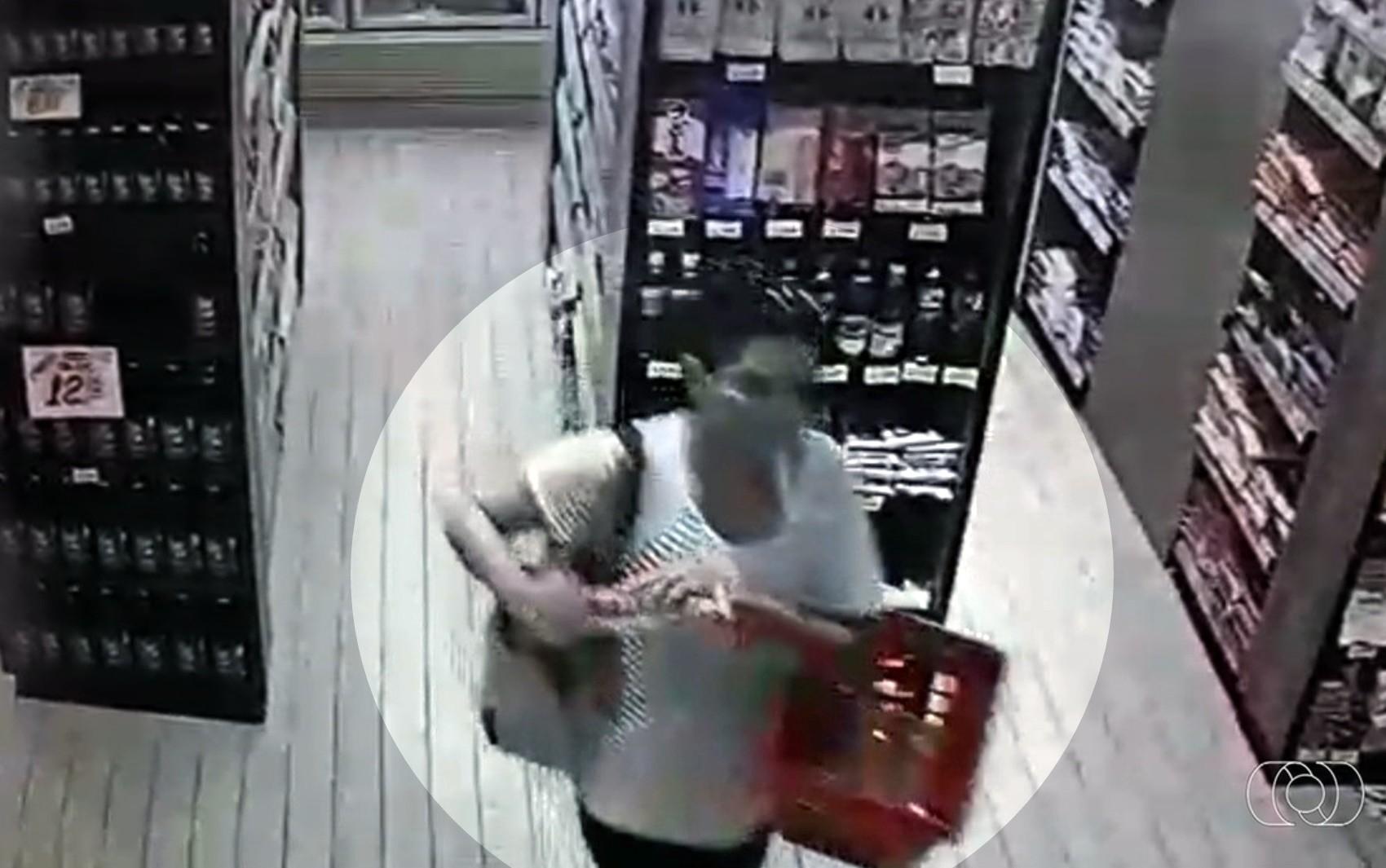 Clientes são flagradas furtando salame e linguiça em padaria de Goiânia; vídeo