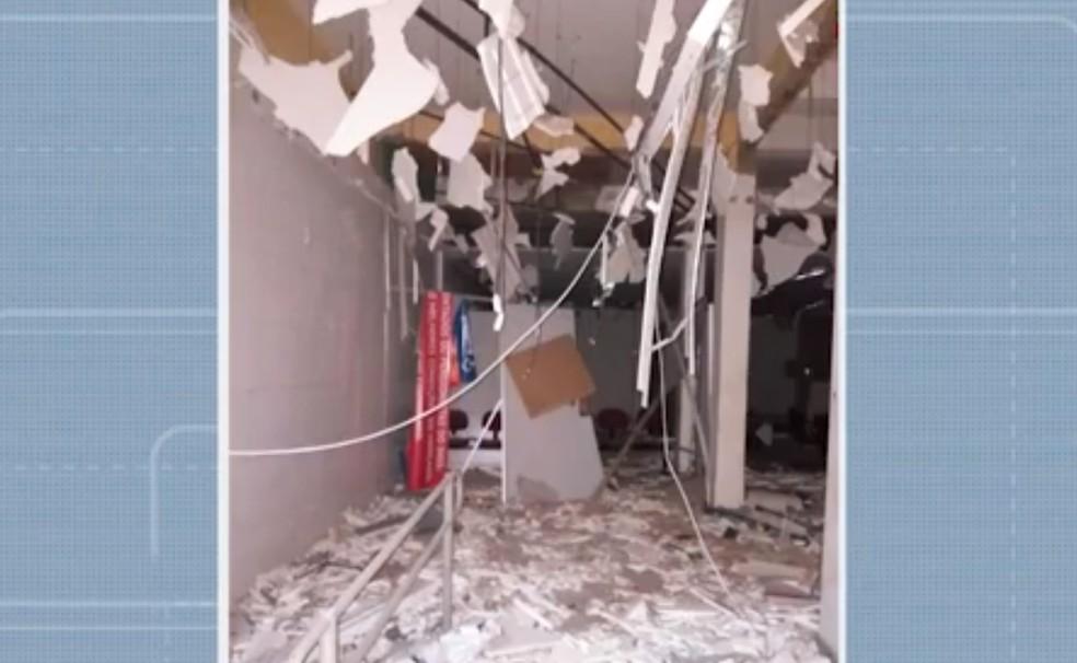 Parte interna da agência ficou destruída — Foto: Reprodução/TV Bahia