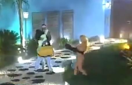 Durante uma eliminação do 'BBB' 3, uma mulher invadiu o palco usando apenas um tapa-sexo TV Globo
