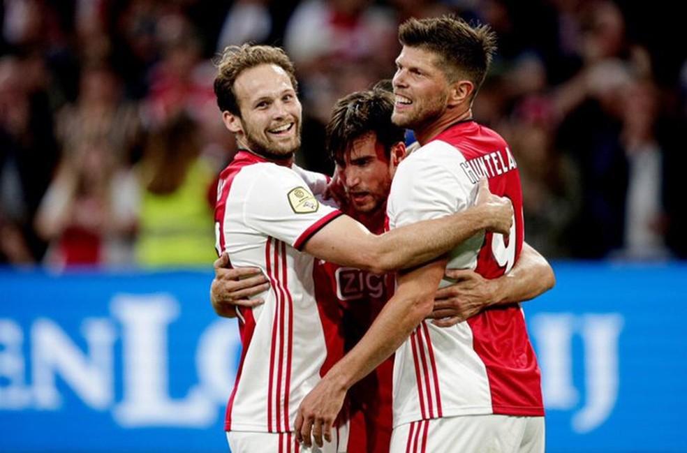 Huntelaar comemora gol com a camisa do Ajax — Foto: Reprodução/Twitter