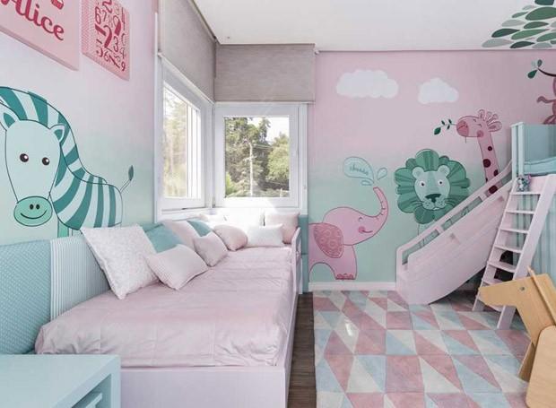 As paredes em pintura acrílica acetinada com degradê são um trabalho do Empreiteiro ARK Manutenção e da Dr. Parede. Adesivos feitos para o projeto pela Tine Baby.  (Foto: Marcelo Donadussi/Divulgação)