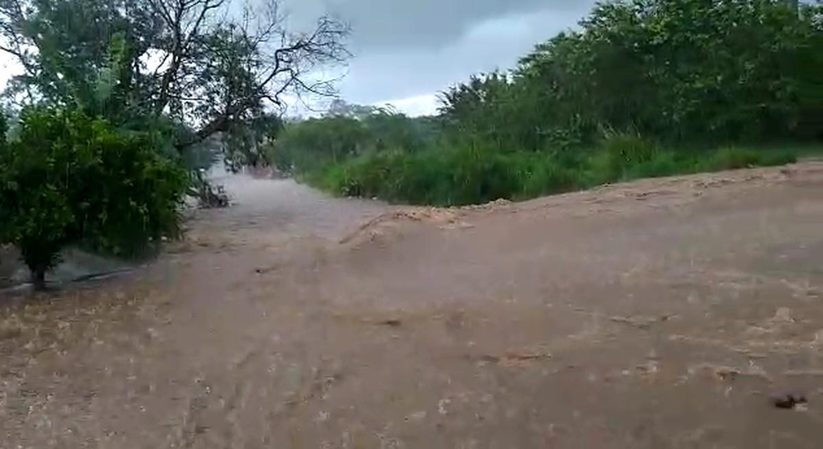 Chuva forte alaga rua e cria 'correnteza' em Porto Feliz; vídeo - G1