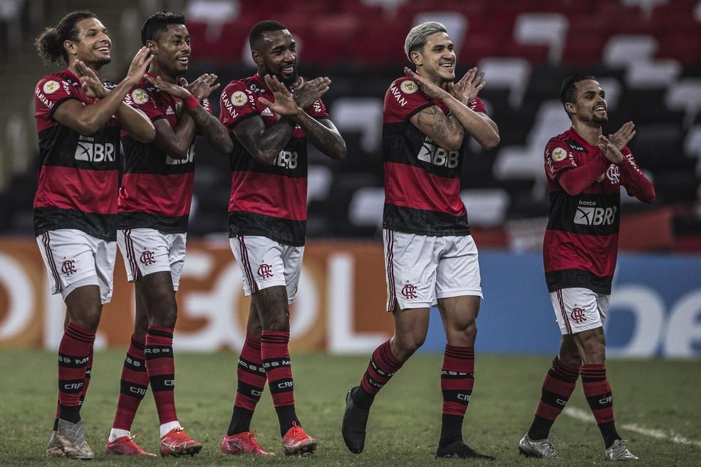 Time do Flamengo comemora o gol com homenagem a Gerson — Foto: Pedro Martins