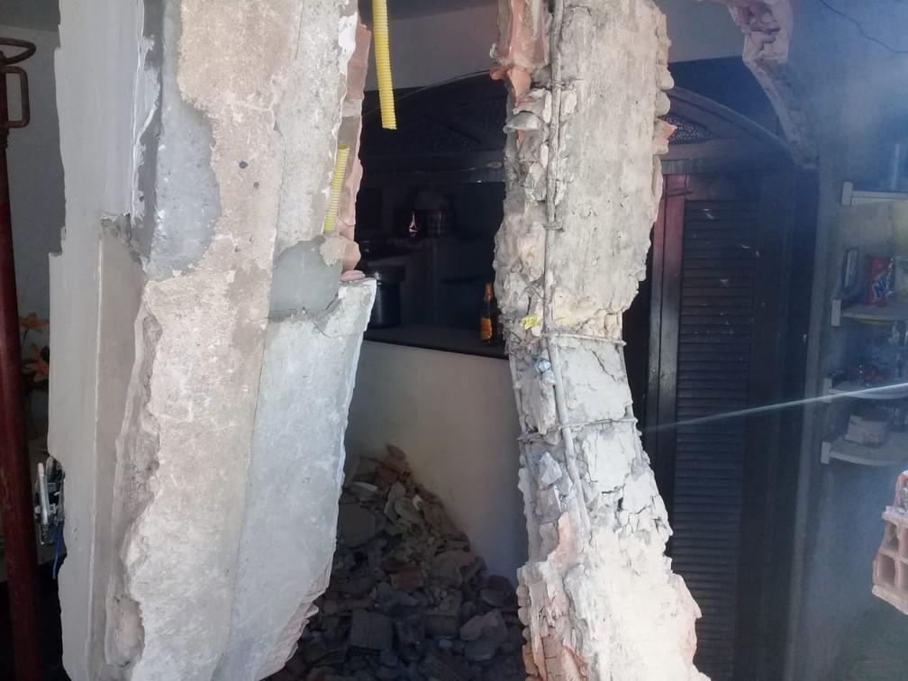Pilastras da casa atingida por micro-ônibus da PM desgovernado, em Salvador  — Foto: Cid Vaz/TV Bahia