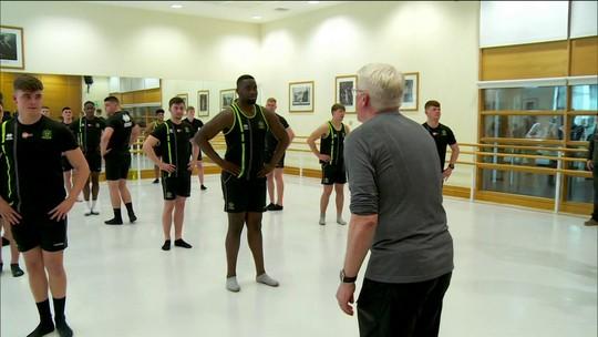 Time de rugbi de Londres mistura treinos com passos de ballet