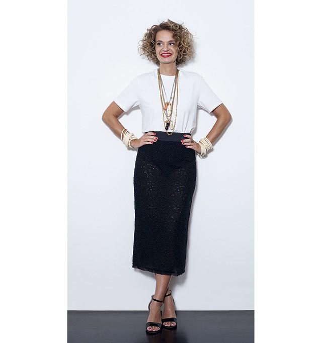 Ucha usa camiseta Hering, saia Dolce & Gabbana, colares acervo pessoal e  sandálias Prada (Foto: João Bertholini)