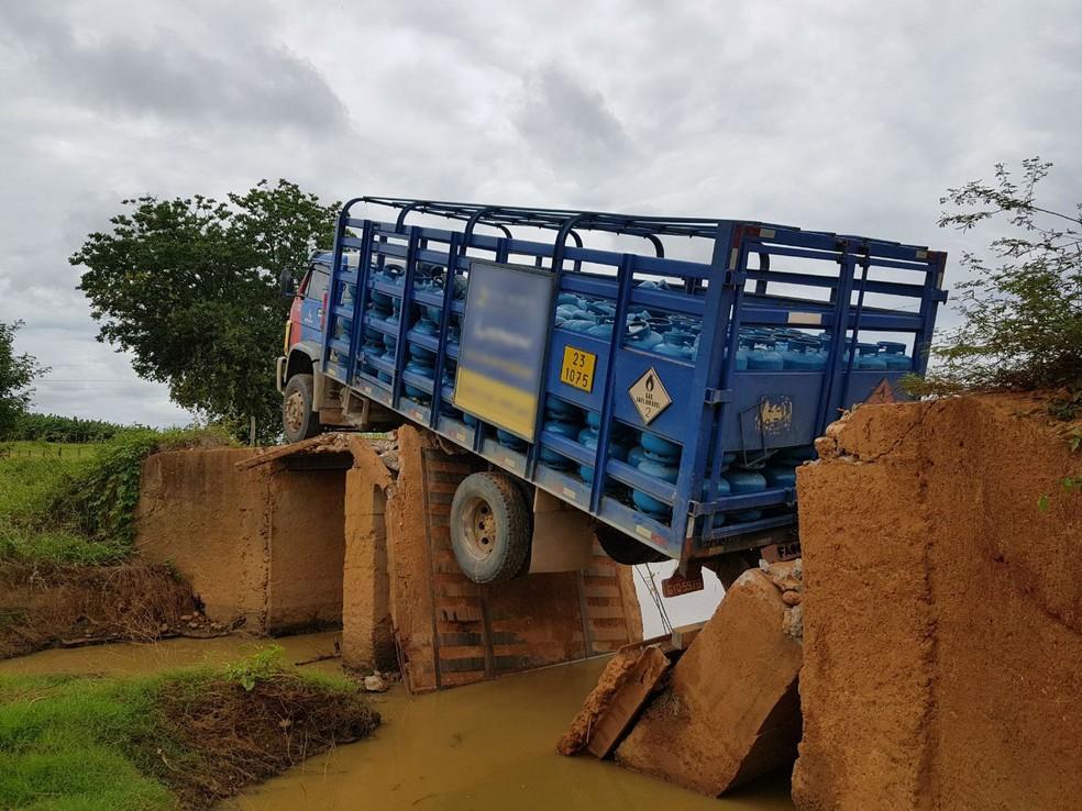 Caminhão ficou pendurado (Foto: Wagner Fabríssio Rodrigues/Arquivo Pessoal)