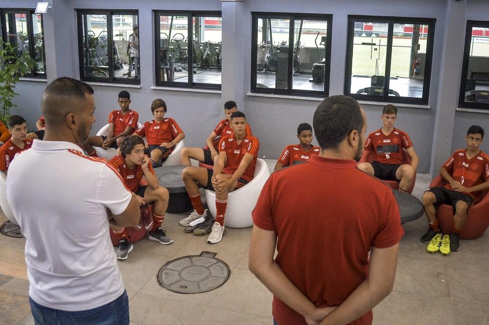 Jovens da base do Flamengo no Ninho do Urubu — Foto: Marcelo Cortes / Flamengo