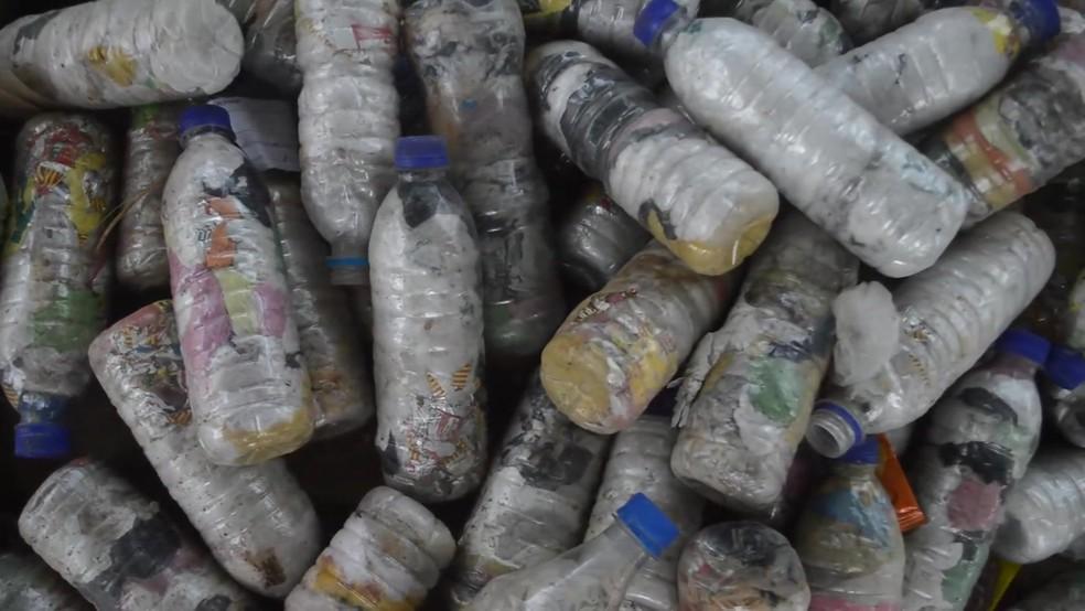 Na escola em que as crianças pagam 'mensalidade' com plástico, elas também fazem tijolos ecológicos com garrafas pet. — Foto: Reprodução/BBC