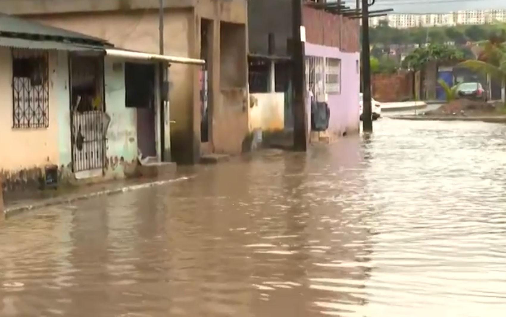 Enchentes nas ruas, casas alagadas e deslizamento: chuva causa transtornos em vários bairros de Salvador