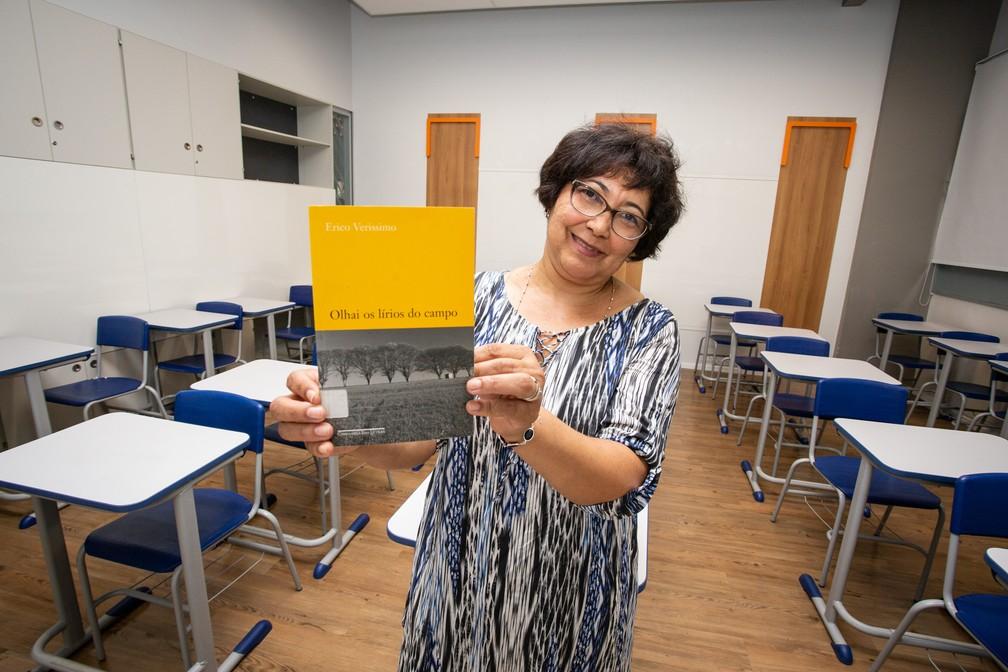 O primeiro livro que Maria das Neves pegou nas mãos, e com o qual ela se alfabetizou sozinha aos 17 anos — Foto: Fabio Tito/G1