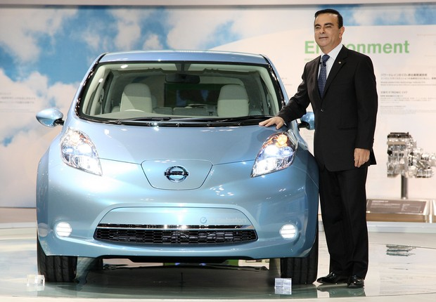 CHIBA, JAPAN - OCTOBER 21: Nissan's CEO Carlos Ghosn introduces the company's electric vehicle 'Leaf' during the 41st Tokyo Motor Show at Makuhari Messe on October 21, 2009 in Chiba, Japan. The Show, open to the public from October 24 to November 4 will f (Foto: Junko Kimura/Getty Images)