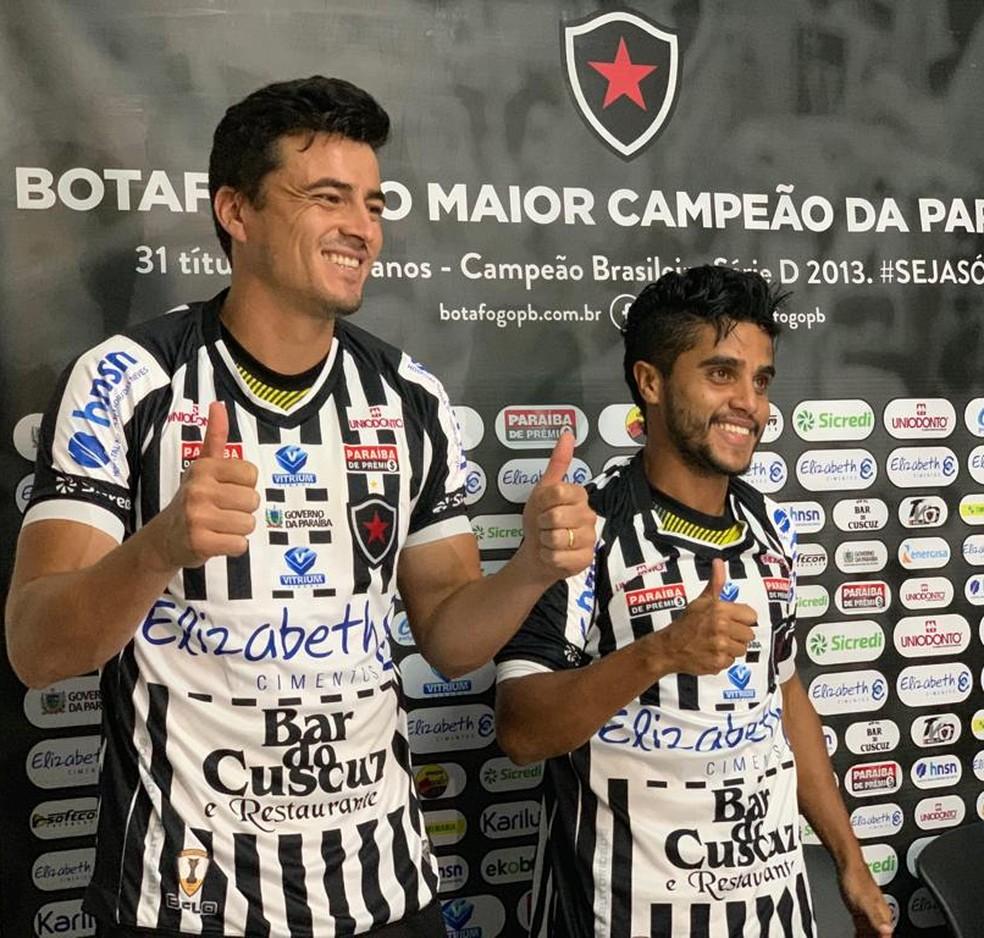 Itaqui e Elvinho foram apresentados no Botafogo-PB nesta semana — Foto: Lucas Barros / TV Cabo Branco