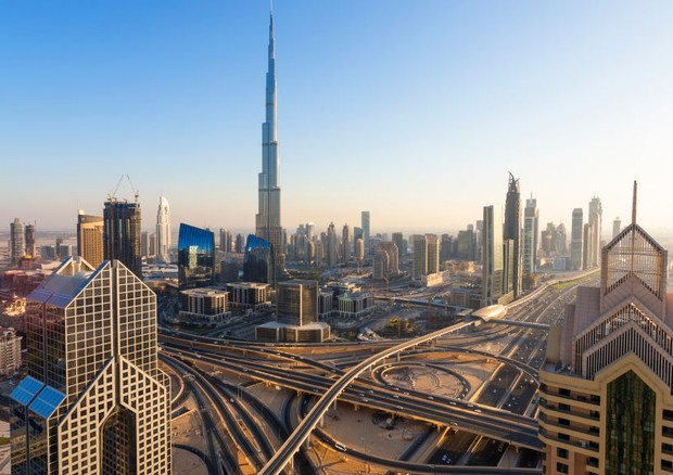 Elevated view over the modern Skyscrapers along Sheikh Zayed Road looking towards the Burj Kalifa. Dubai. United Arab Emirates. (Photo by: Peter Adams/Avalon/Universal Images Group via Getty Images) (Foto: Avalon/Universal Images Group vi)