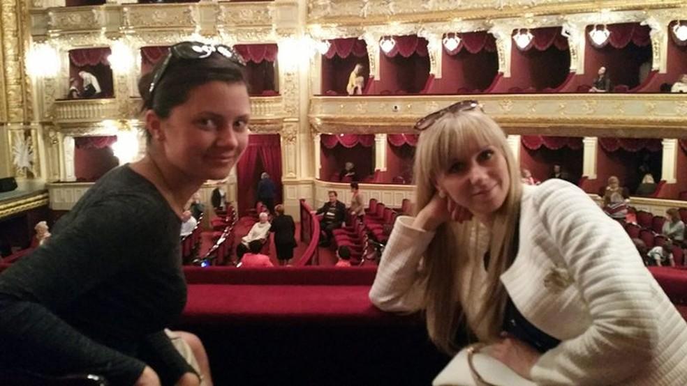 Julia e Irina em uma noite com James na ópera — Foto: BBC