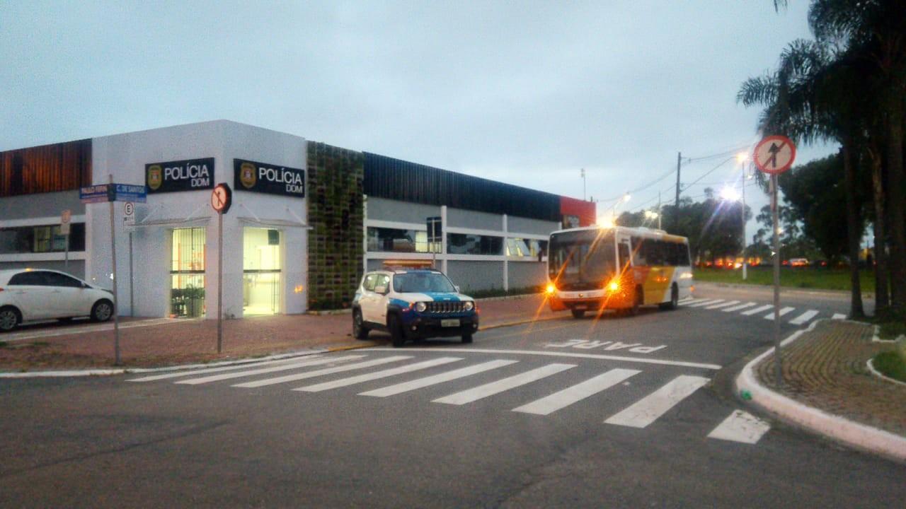 Idoso é preso após assediar garota e ameaçar mãe com faca dentro de ônibus em SP