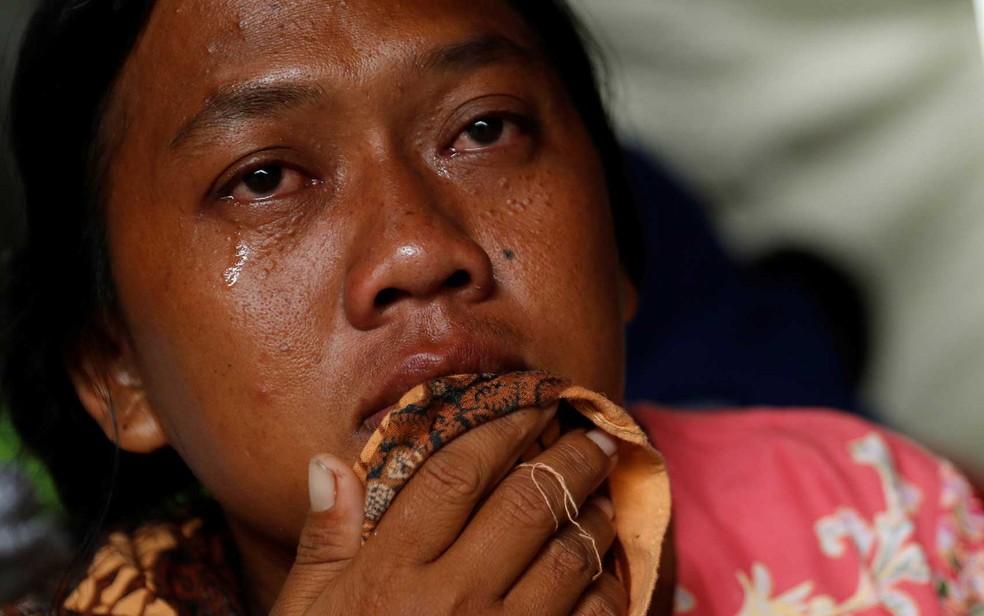 Uma mulher chora em um centro de desabrigados em Labuhan, na Indonésia — Foto: Jorge Silva / Reuters