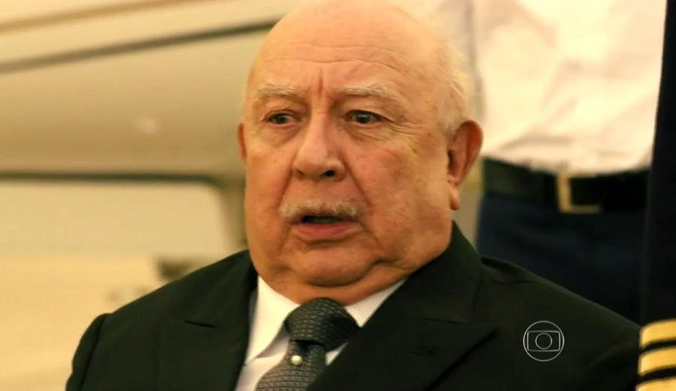 Dionísio (Sérgio Mamberti) percebe que caiu em uma armadilha - 'Flor do Caribe' — Foto: Globo