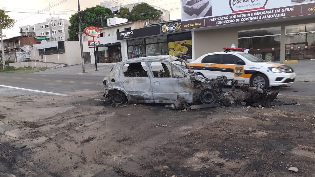 Motorista morre carbonizado após carro bater em caminhão em Maceió - Notícias - Plantão Diário